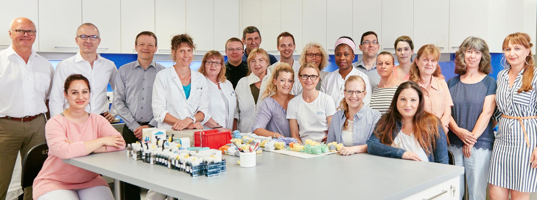 Teambild mit Ärzten, Sekretariat und Laborpersonal